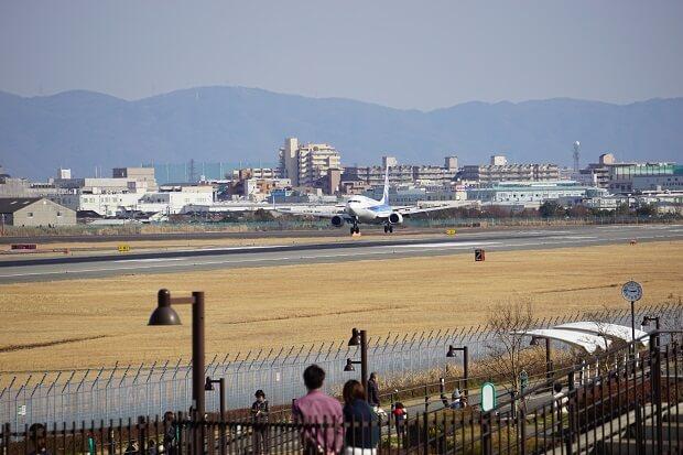 伊丹スカイパークは飛行機ファンの聖地!毎日380回以上の離着陸を見られます